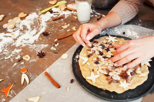 Keukentafel met gedroogde vruchten taart voorbereiden