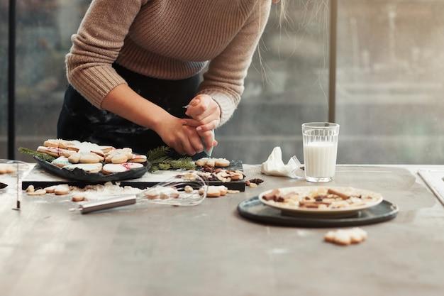 Keukentafel met kokende vrouw
