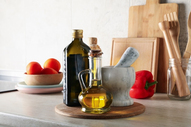Keukentafel met verschillende benodigdheden en flessen met olie