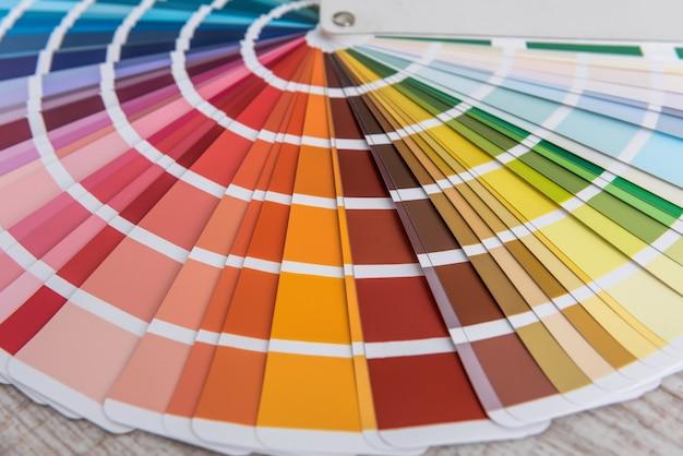 Keuze kleurrijk papierspectrum voor ontwerp