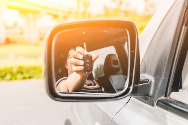 Key auto weerspiegeld in achteruitkijkspiegel