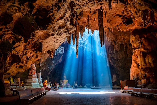 Khao luang-grot met zonnestraal overdag in phetchaburi, thailand