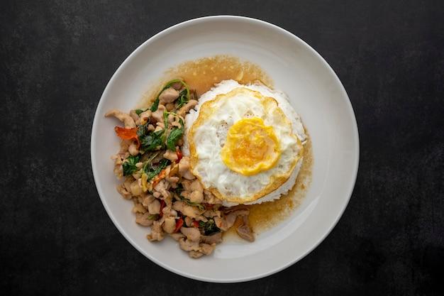 Khao pad kra pao gai kai dao, thais eten, gestreamde rijst gegarneerd met basilicum geroerbakte kip en gebakken ei