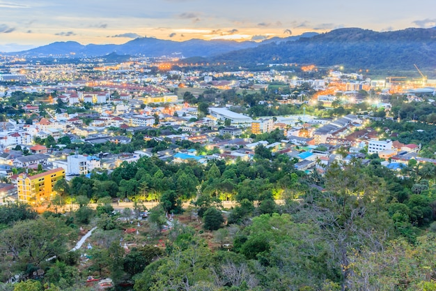 Khao rang gezichtspunt van phuket-stad in nacht, phuket provincie, thailand