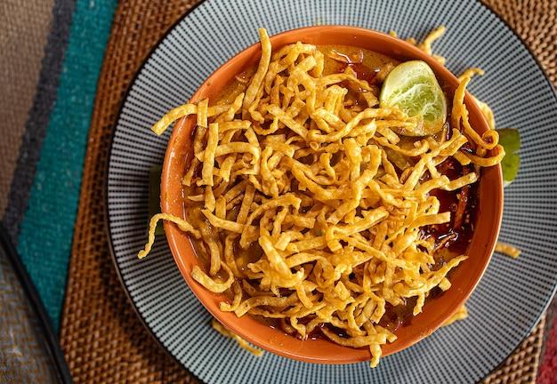 Khao soi curry in noordelijke stijl
