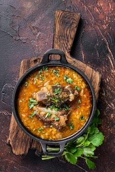 Kharcho-soep met lamsvlees, rijst, tomaten, wortelen, paprika's, walnoten en kruiden
