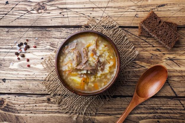 Kharchosoep met vlees en rijst op houten lijst