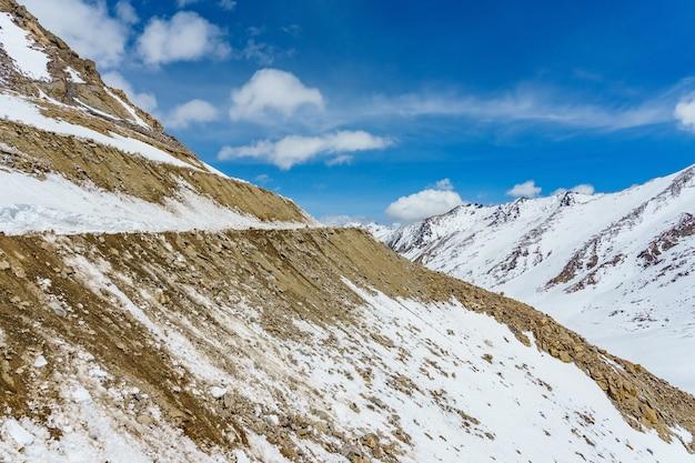 Khardung la-pas, india. khardung la is een hoge bergpas