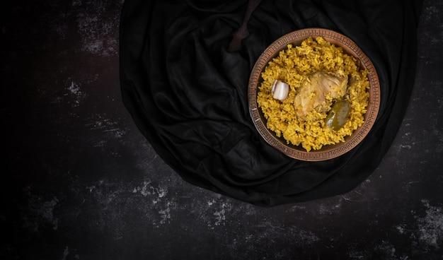 Khichuri of khichdi of khichri op een donkere achtergrond met een spatie voor tekst of berichten