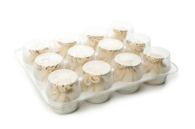 Khinkali in plastic verpakkingen geïsoleerd op een witte achtergrond