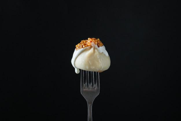 Khinkali met sausknoedels gevuld op een vork