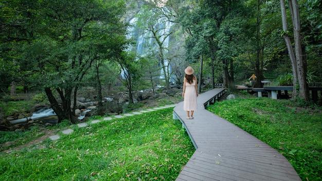 Khlong lan waterval, prachtige watervallen in klong lan nationaal park van thailand.
