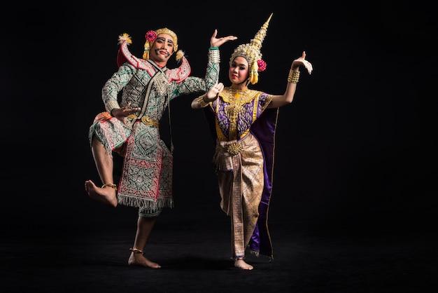 Khon show in traditionele klederdracht van thailand