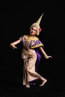 Khon toont aziatische vrouw in traditionele klederdracht van thailand