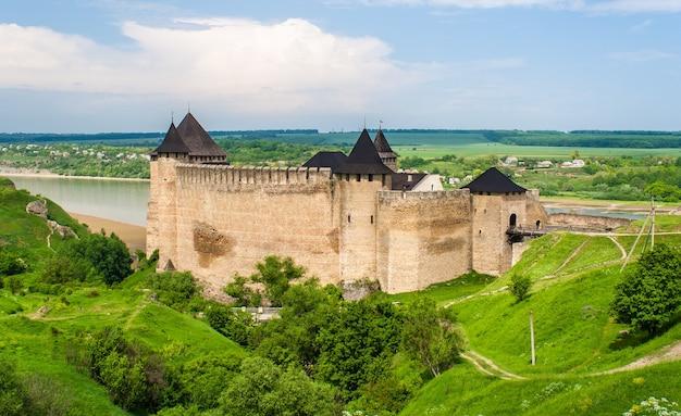 Khotyn kasteel aan de rivier de dnjestr in oekraïne