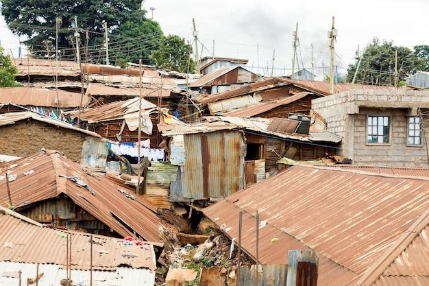 Kibera-sloppenwijk in nairobi. kibera is de grootste sloppenwijk van afrika. sloppenwijken in nairobi, kenia.