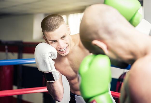 Kickboksers trainen op de ring