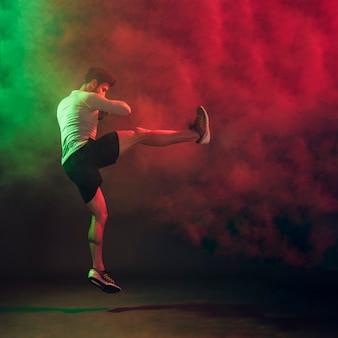 Kickboxer in beweging van vechten