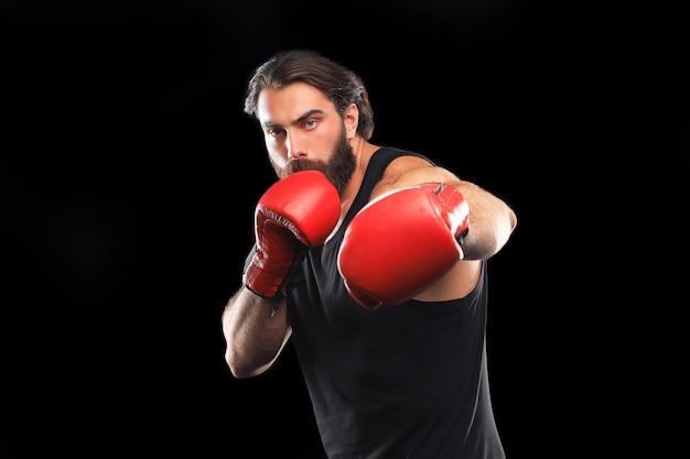Kickboxer man vechten tegen zwarte achtergrond. sportconcept.