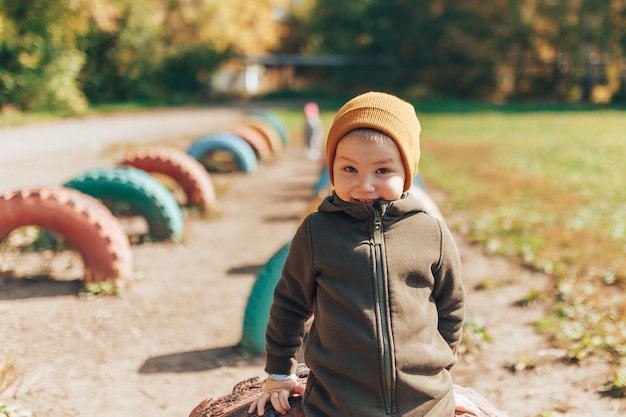 Kid autumn fashion season, child in hat jacket clothing, boy with fall leaves, drie jaar oud