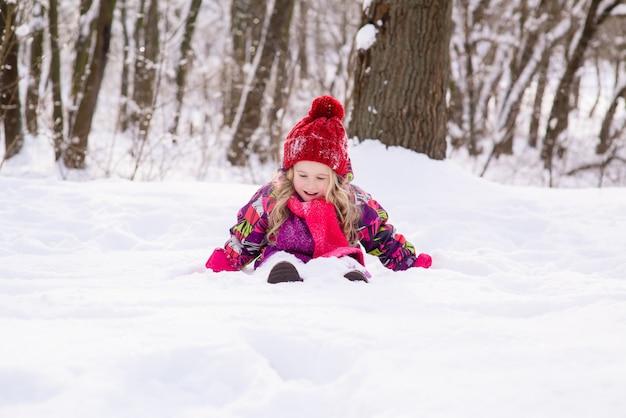 Kid begraven onder witte koude sneeuw.