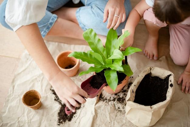 Kid diy plantjes thuis oppotten met mama