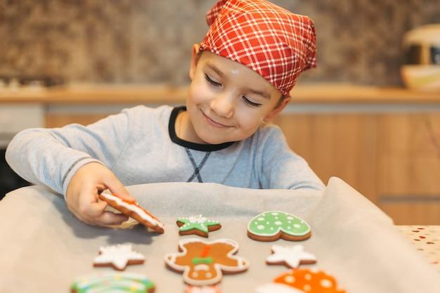 Kid genieten van kerstkoekjes
