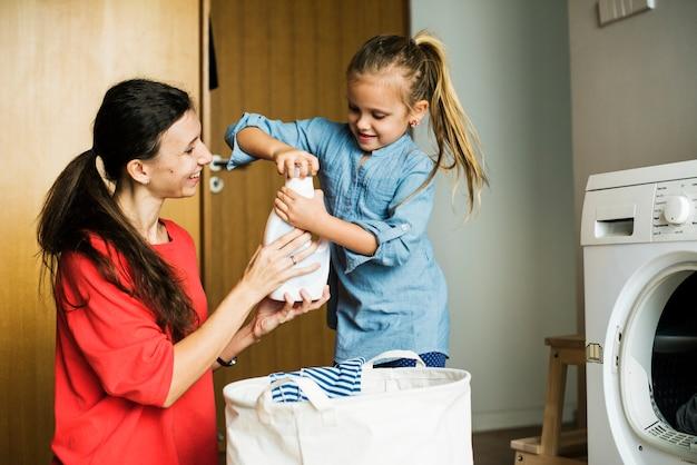 Kid helpt huis klusjes