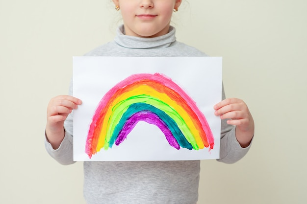Kid houdt getekende regenboog