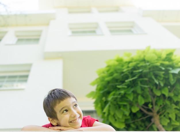 Kid in de achtertuin van mooi modern huis