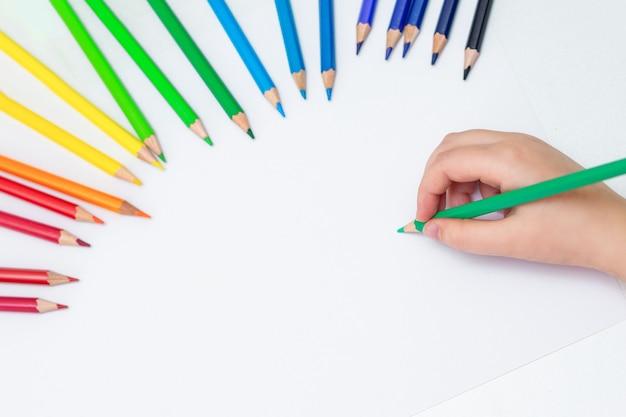 Kid is tekenen op wit blanco papier.