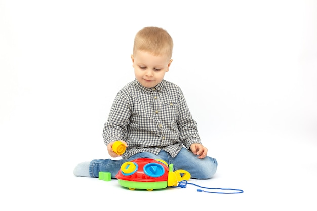 Kid jongen spelen blokken geïsoleerd op een witte achtergrond