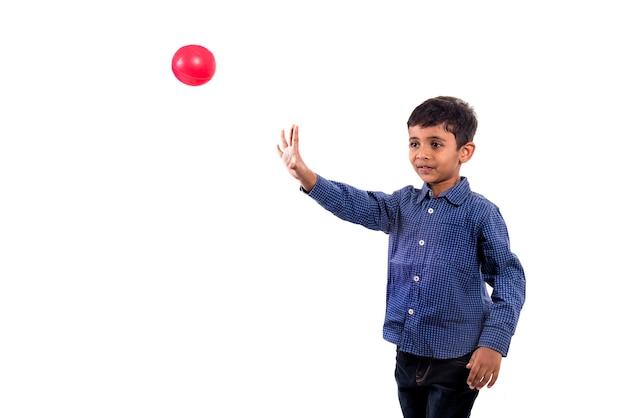 Kid jongen spelen met bal op witte achtergrond