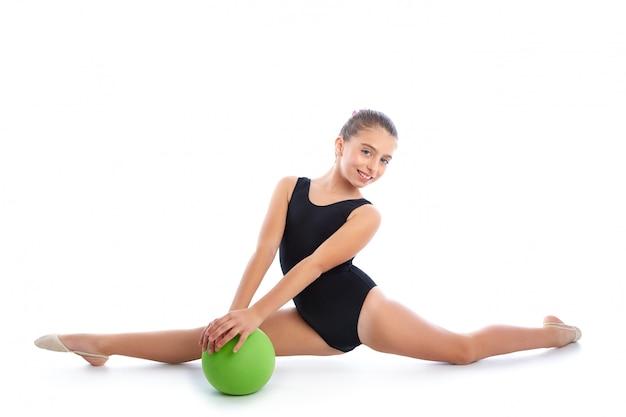 Kid meisje bal ritmische gymnastiek oefening op wit