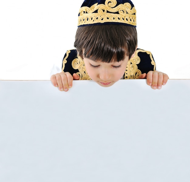 Kid met bilboard voor uw bericht