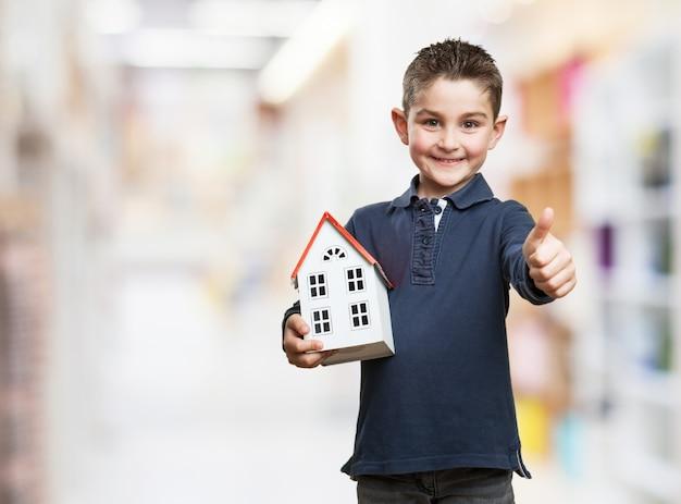 Kid met een huis