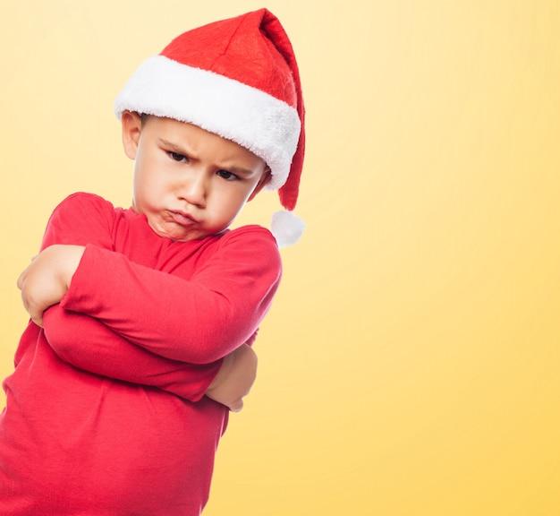 Kid met gekruiste armen grimassen