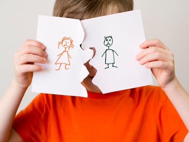 Kid met gescheiden familie tekenen