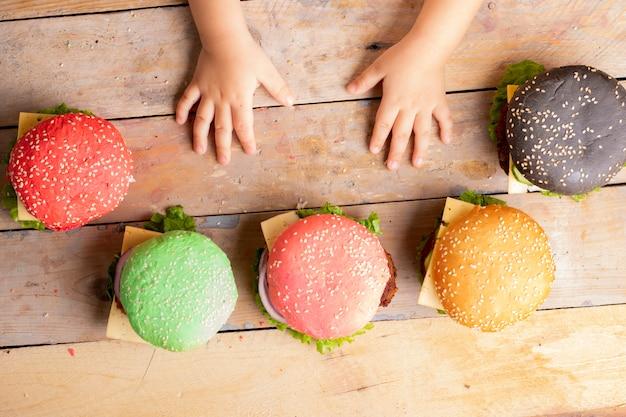 Kid met kleurrijke hamburgers