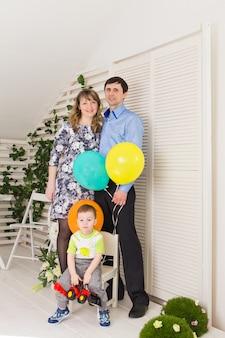 Kid met ouders die verjaardag vieren. gelukkige familie die verjaardag samen viert.