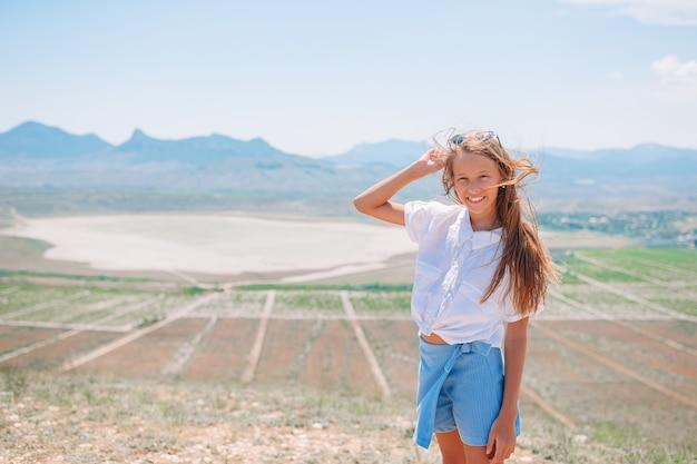 Kid op vakantie op witte rots achtergrond