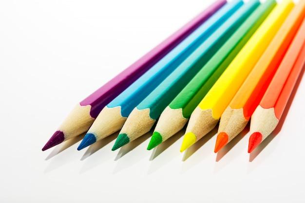 Kid's kleurpotloden als een symbool van de eerste stappen van de kunstenaar