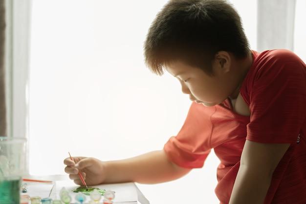 Kid schildert kleur, onderwijsconcept
