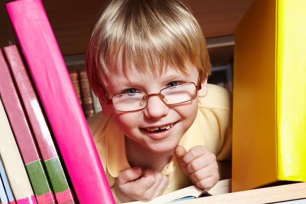 Kid speelt in de bibliotheek