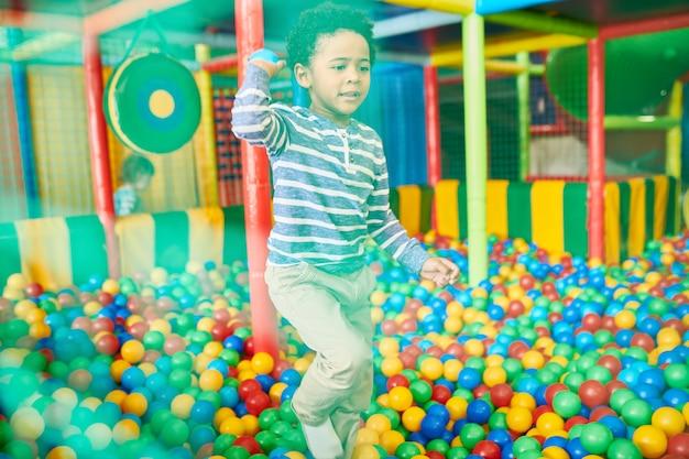 Kid spelen in ballenbak