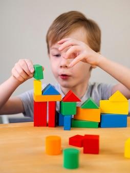 Kid spelen met kleurrijke spel op tafel