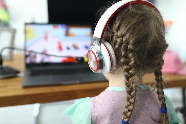 Kid spelen van computerspel