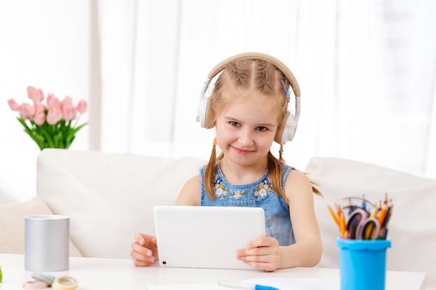 Kid spelen van games op tablet thuis