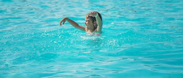 Kid verdrinkt in de zee. selectieve aandacht.