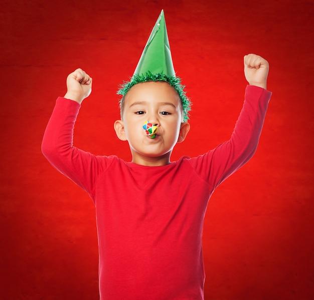 Kid vieren met een rode achtergrond
